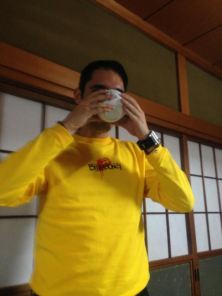 画像:日本酒を飲むルイス